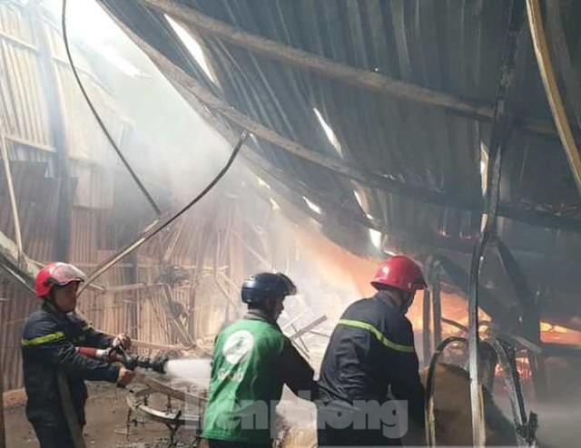 Công nhân bật khóc, ôm đồ tháo chạy khi lửa bao trùm 2 công ty - Ảnh 4.