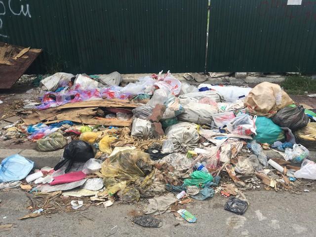 Hàng loạt bãi rác tự phát gây ô nhiễm đường phố Hà Nội - Ảnh 5.