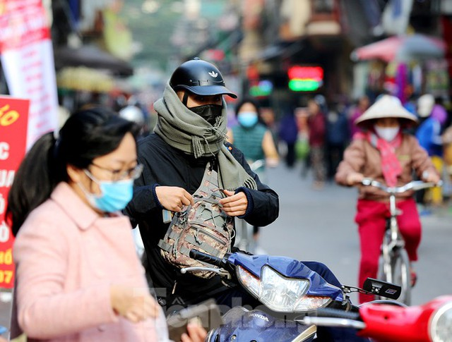 Rét đầu đông, dân Hà Nội kín mít đi làm, Hồ Tây vắng bóng người qua lại - Ảnh 5.