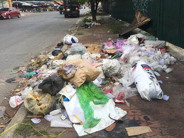 Hàng loạt bãi rác tự phát gây ô nhiễm đường phố Hà Nội - Ảnh 6.