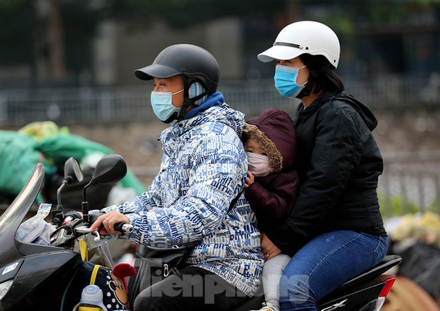Rét đầu đông, dân Hà Nội kín mít đi làm, Hồ Tây vắng bóng người qua lại - Ảnh 6.
