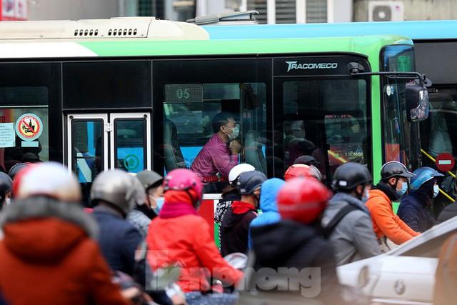 Rét đầu đông, dân Hà Nội kín mít đi làm, Hồ Tây vắng bóng người qua lại - Ảnh 7.