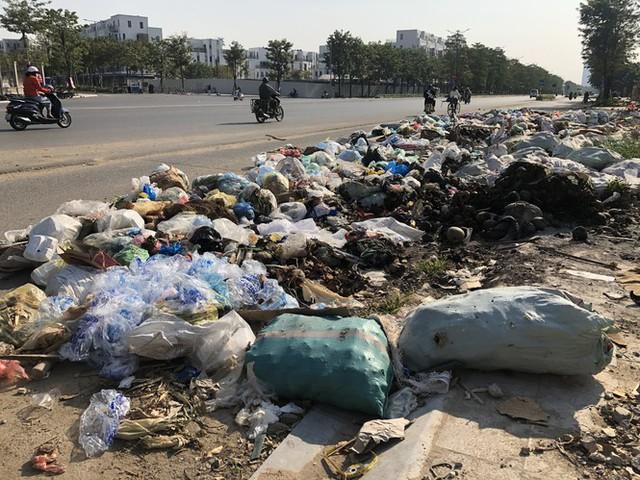 Hàng loạt bãi rác tự phát gây ô nhiễm đường phố Hà Nội - Ảnh 8.