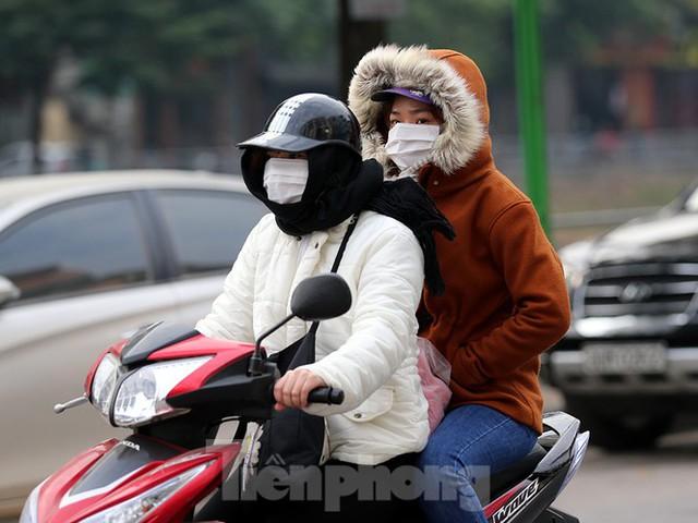 Rét đầu đông, dân Hà Nội kín mít đi làm, Hồ Tây vắng bóng người qua lại - Ảnh 8.