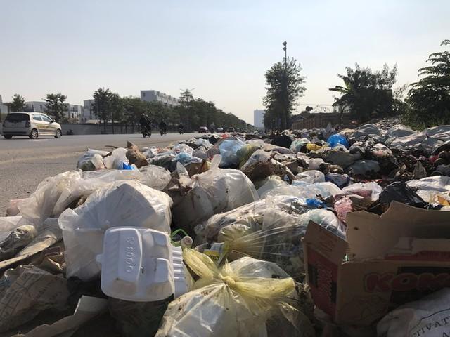 Hàng loạt bãi rác tự phát gây ô nhiễm đường phố Hà Nội - Ảnh 9.
