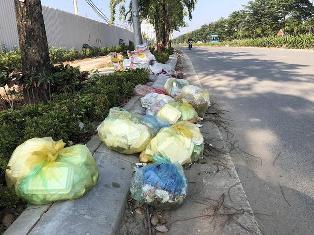 Hàng loạt bãi rác tự phát gây ô nhiễm đường phố Hà Nội - Ảnh 10.
