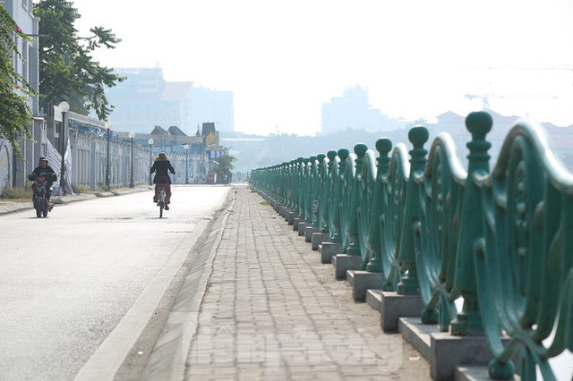 Rét đầu đông, dân Hà Nội kín mít đi làm, Hồ Tây vắng bóng người qua lại - Ảnh 10.