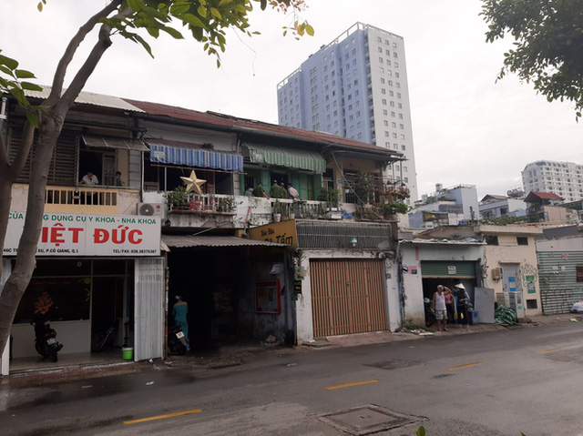 Giải cứu cụ bà 71 tuổi trong căn nhà bốc cháy dữ dội giữa trung tâm Sài Gòn - Ảnh 1.