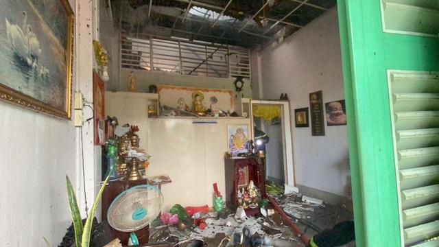 Giải cứu cụ bà 71 tuổi trong căn nhà bốc cháy dữ dội giữa trung tâm Sài Gòn - Ảnh 2.