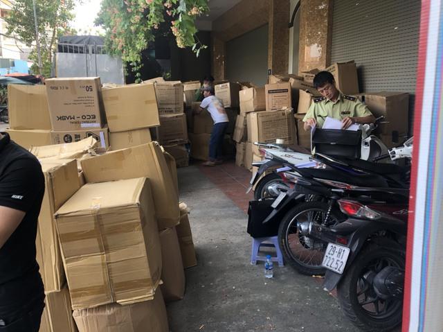 Tạm giữ gần 800.000 chiếc khẩu trang không hóa đơn tại Hà Nội - Ảnh 1.