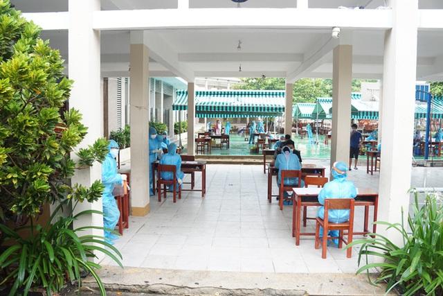 [Ảnh] Vào khu phong toả ở Đà Nẵng, tận mắt chứng kiến quy trình lấy mẫu xét nghiệm Covid-19 - Ảnh 2.