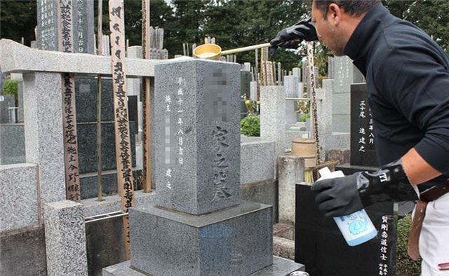 12 công việc kỳ lạ chỉ có ở Nhật: Số 1 dành cho người gan dạ, nghề cuối việc nhàn lương 900 triệu/tháng - Ảnh 1.