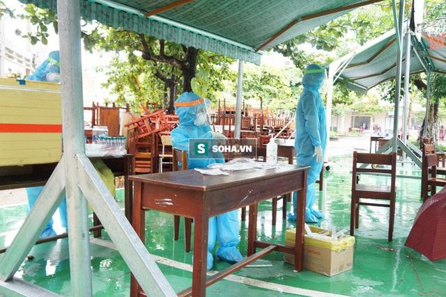 [Ảnh] Vào khu phong toả ở Đà Nẵng, tận mắt chứng kiến quy trình lấy mẫu xét nghiệm Covid-19 - Ảnh 3.