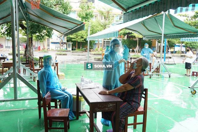 [Ảnh] Vào khu phong toả ở Đà Nẵng, tận mắt chứng kiến quy trình lấy mẫu xét nghiệm Covid-19 - Ảnh 7.