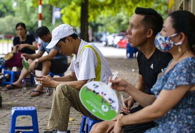 Nhiều người dân Hà Nội thờ ơ trước quyết định xử phạt không đeo khẩu trang nơi công cộng - Ảnh 1.