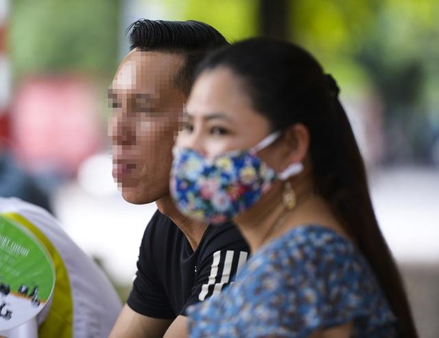 Nhiều người dân Hà Nội thờ ơ trước quyết định xử phạt không đeo khẩu trang nơi công cộng - Ảnh 2.