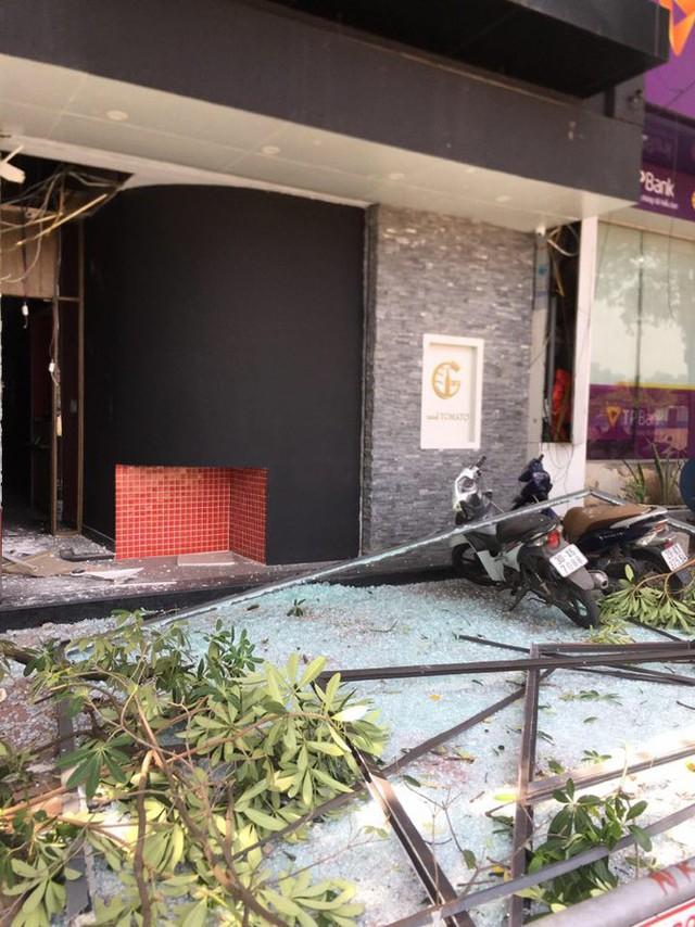Hà Nội: Nghi nổ khí ga, cửa kính một nhà hàng bị thổi bay - Ảnh 2.