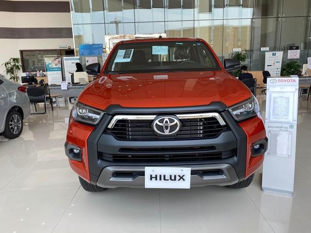 Đại lý ồ ạt chào cọc Toyota Hilux 2021 tại Việt Nam: Giá dự kiến không đổi, đầu xe giống RAV4, đe doạ Ford Ranger - Ảnh 1.
