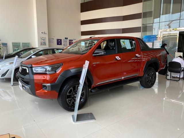 Đại lý ồ ạt chào cọc Toyota Hilux 2021 tại Việt Nam: Giá dự kiến không đổi, đầu xe giống RAV4, đe doạ Ford Ranger - Ảnh 2.