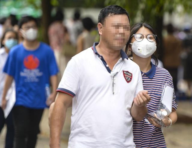 Nhiều người dân Hà Nội thờ ơ trước quyết định xử phạt không đeo khẩu trang nơi công cộng - Ảnh 3.