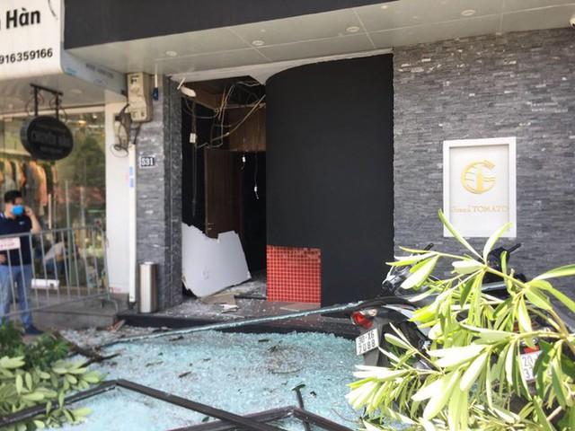 Hà Nội: Nghi nổ khí ga, cửa kính một nhà hàng bị thổi bay - Ảnh 3.