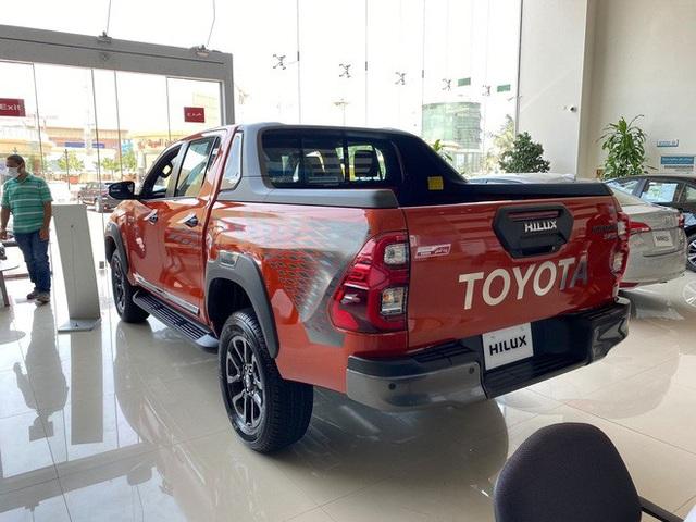 Đại lý ồ ạt chào cọc Toyota Hilux 2021 tại Việt Nam: Giá dự kiến không đổi, đầu xe giống RAV4, đe doạ Ford Ranger - Ảnh 3.