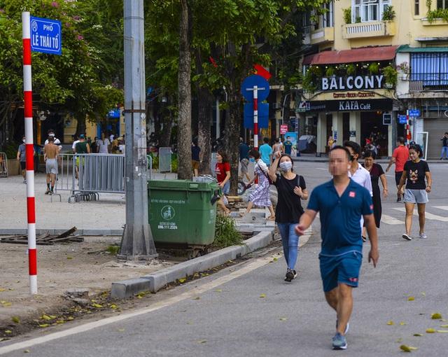 Nhiều người dân Hà Nội thờ ơ trước quyết định xử phạt không đeo khẩu trang nơi công cộng - Ảnh 4.