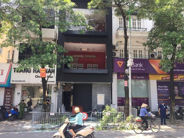 Hà Nội: Nghi nổ khí ga, cửa kính một nhà hàng bị thổi bay - Ảnh 4.