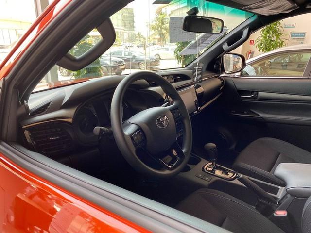 Đại lý ồ ạt chào cọc Toyota Hilux 2021 tại Việt Nam: Giá dự kiến không đổi, đầu xe giống RAV4, đe doạ Ford Ranger - Ảnh 4.