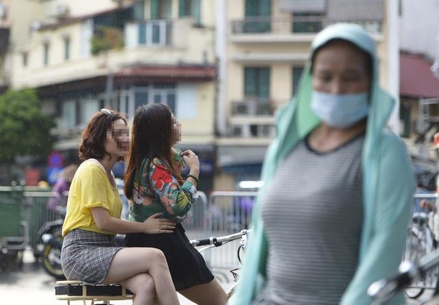 Nhiều người dân Hà Nội thờ ơ trước quyết định xử phạt không đeo khẩu trang nơi công cộng - Ảnh 5.
