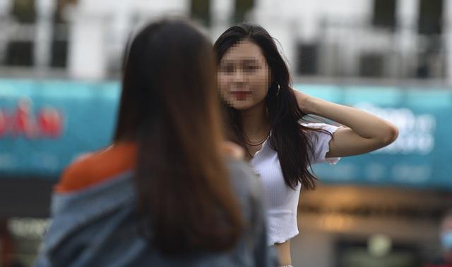 Nhiều người dân Hà Nội thờ ơ trước quyết định xử phạt không đeo khẩu trang nơi công cộng - Ảnh 6.