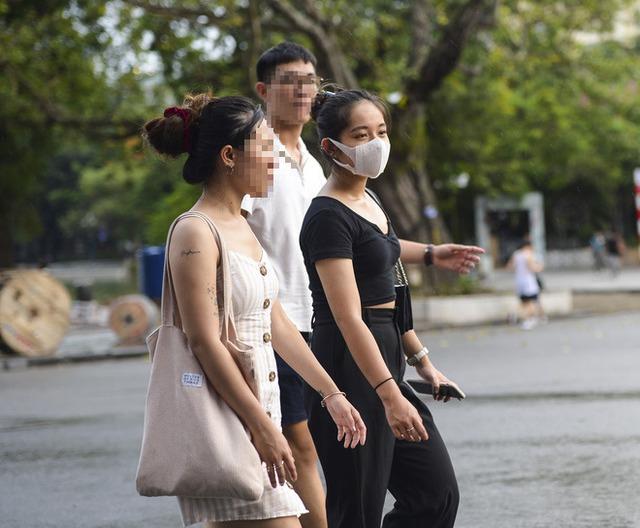 Nhiều người dân Hà Nội thờ ơ trước quyết định xử phạt không đeo khẩu trang nơi công cộng - Ảnh 9.