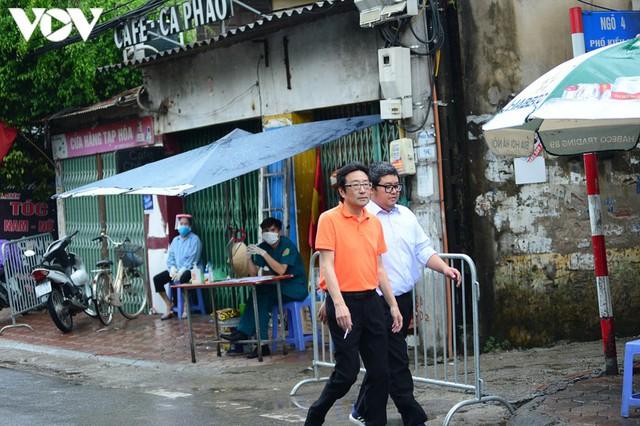 Hà Nội xử phạt hàng loạt trường hợp không đeo khẩu trang khi ra đường - Ảnh 1.