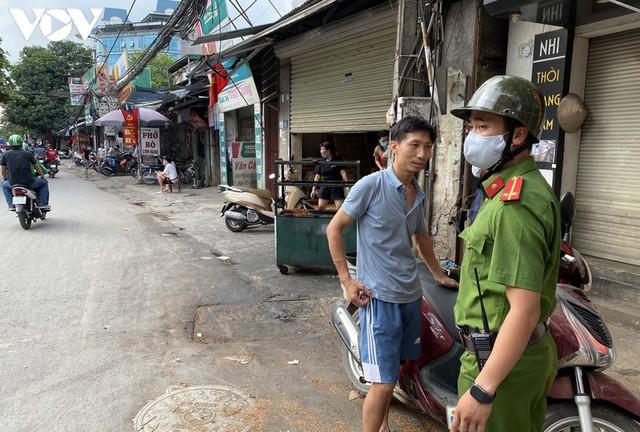 Hà Nội xử phạt hàng loạt trường hợp không đeo khẩu trang khi ra đường - Ảnh 2.