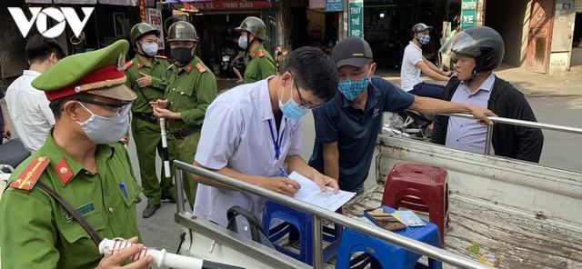 Hà Nội xử phạt hàng loạt trường hợp không đeo khẩu trang khi ra đường - Ảnh 3.