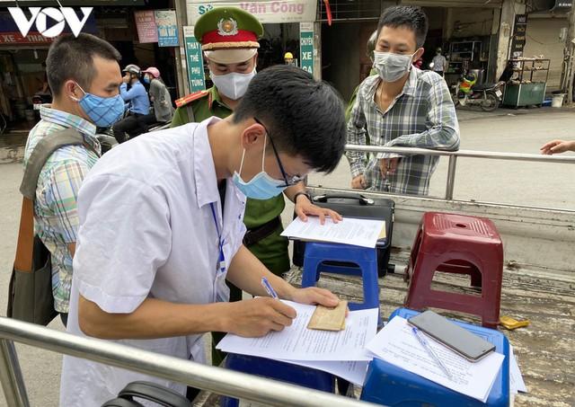 Hà Nội xử phạt hàng loạt trường hợp không đeo khẩu trang khi ra đường - Ảnh 4.