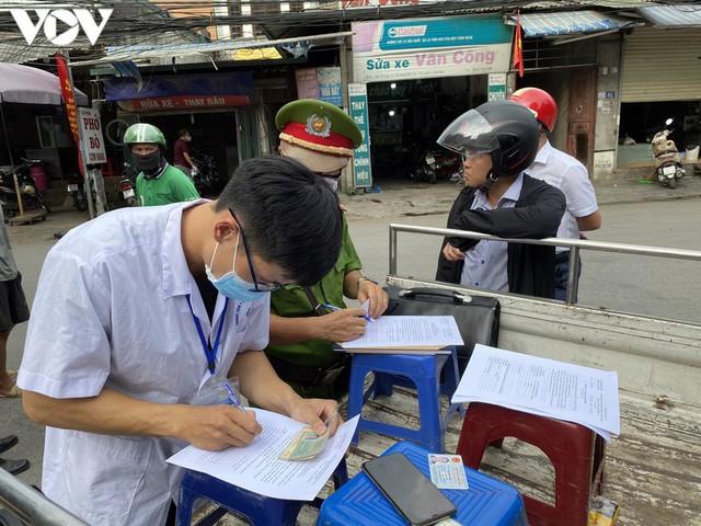 Hà Nội xử phạt hàng loạt trường hợp không đeo khẩu trang khi ra đường - Ảnh 5.