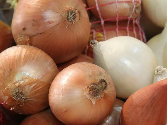 Nhìn vào củ khoai tây, cà chua, hành tây mà thấy có dấu hiệu này thì nên cho vào thùng rác vì ăn sẽ không có dinh dưỡng mà còn dễ bị ngộ độc - Ảnh 5.