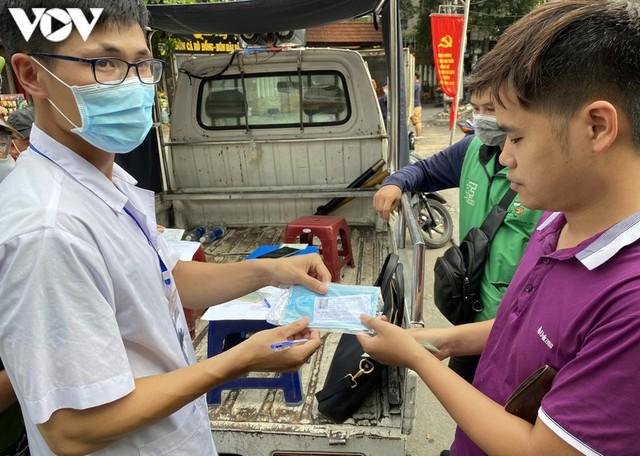 Hà Nội xử phạt hàng loạt trường hợp không đeo khẩu trang khi ra đường - Ảnh 6.