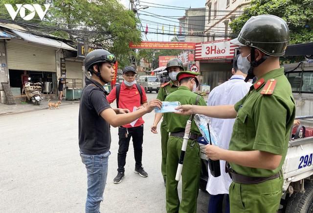 Hà Nội xử phạt hàng loạt trường hợp không đeo khẩu trang khi ra đường - Ảnh 7.
