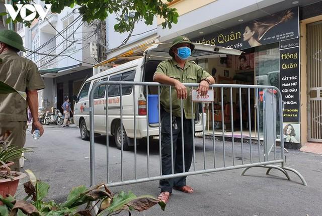 Hà Nội xử phạt hàng loạt trường hợp không đeo khẩu trang khi ra đường - Ảnh 8.