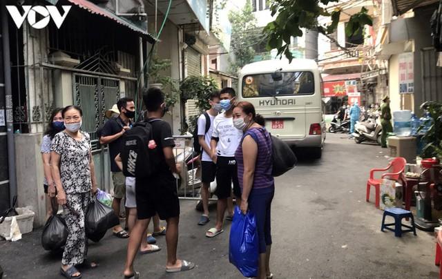 Hà Nội xử phạt hàng loạt trường hợp không đeo khẩu trang khi ra đường - Ảnh 10.