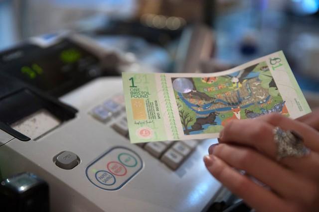 Không có tiền tiêu khi rơi vào tình thế như Đại khủng hoảng, một loạt thành phố trên thế giới nghĩ ra cách ứng phó: Tự in tiền - Ảnh 2.