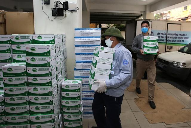 Vinamilk ủng hộ 8 tỷ đồng cho Hà Nội và 3 tỉnh miền Trung chiến đấu chống dịch Covid-19 - Ảnh 2.
