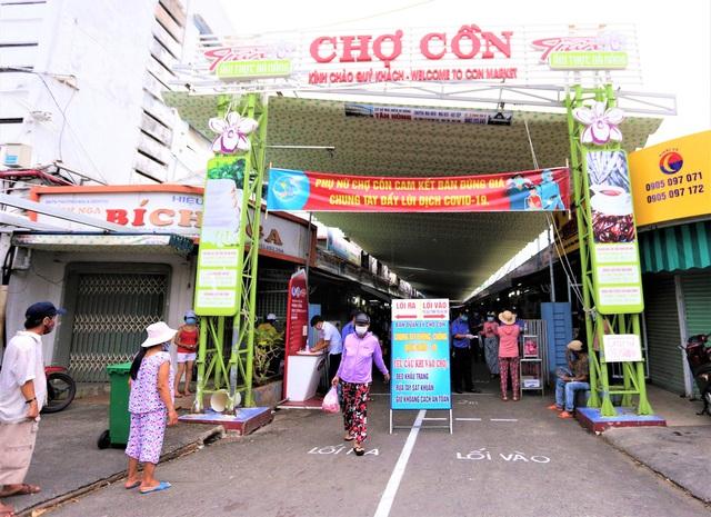 Ảnh: Ngày đầu người dân Đà Nẵng thực hiện đi chợ bằng phiếu ngày chẵn lẻ - Ảnh 1.