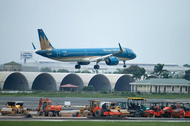 Chuyến bay đầu tiên đưa 207 người mắc kẹt ở tâm dịch Đà Nẵng về tới Hà Nội - Ảnh 1.