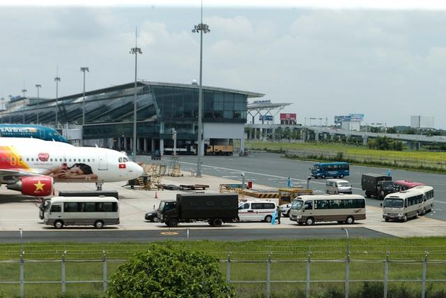 Chuyến bay đầu tiên đưa 207 người mắc kẹt ở tâm dịch Đà Nẵng về tới Hà Nội - Ảnh 2.