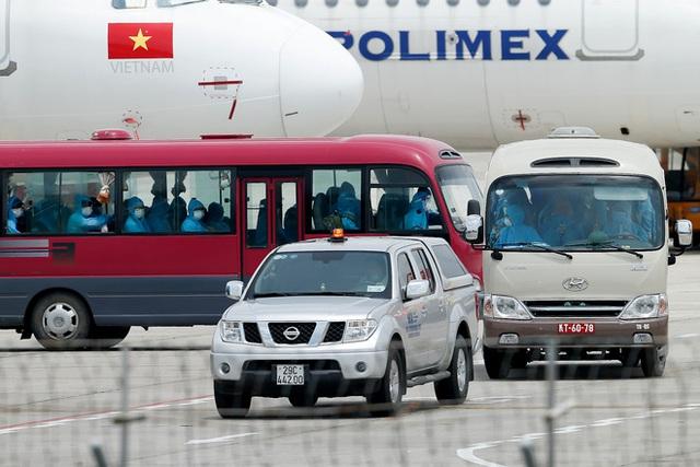 Chuyến bay đầu tiên đưa 207 người mắc kẹt ở tâm dịch Đà Nẵng về tới Hà Nội - Ảnh 11.