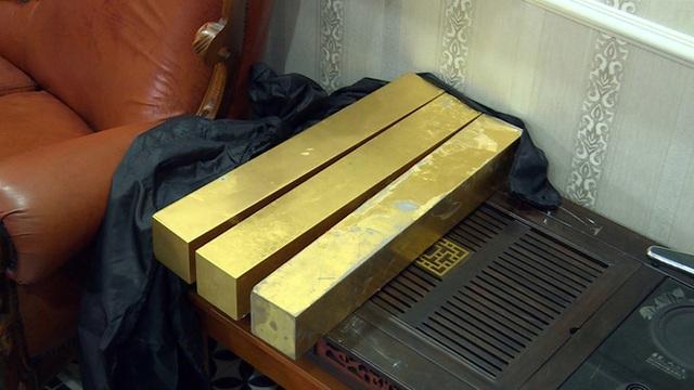 Bên trong căn hầm chứa hàng chục tấn vàng giả của nhà ngoại cảm lừa đảo chiếm đoạt tiền tỷ - Ảnh 3.