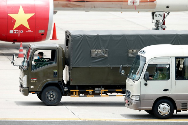 Chuyến bay đầu tiên đưa 207 người mắc kẹt ở tâm dịch Đà Nẵng về tới Hà Nội - Ảnh 3.